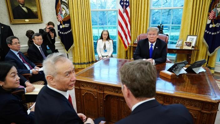 Donald Trump mit Chinas Vizepremier Liu He im Weißen Haus
