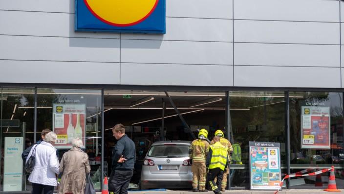 Auto fährt in Supermarkt