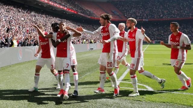 Ajax Amsterdam - Spieler bejubeln ein Tor gegen Feyenoord