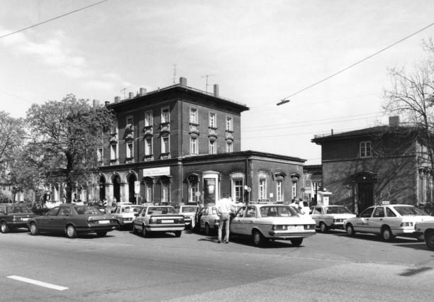 Taxistand vor dem Pasinger Bahnhof, 1993