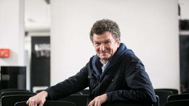 Fritz Frenkler ist Professor an der TU München. Zusammen mit seinen Studenten entwirft er Design-Gegenstände, die von Gefängnisinsassen angefertigt und anschließend über www.haftsache.de verkauft werden.