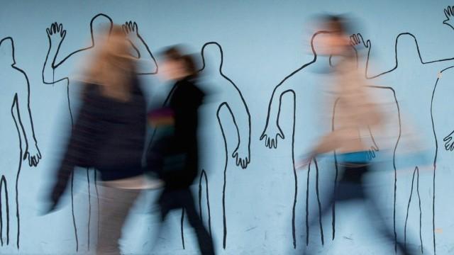 Welche Schule ist die beste Schueler laufen in einer Schule an einer Wand mit den Umrissen von Mens