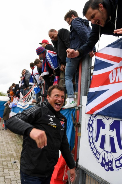Trainer Claus Schromm Unterhaching bedankt sich bei den Fans bedanken Dank Feiern optimistisch