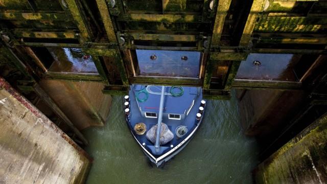 Frachtschiff faehrt aus der Grossen Schleuse Friedrichsfeld Wesel Datteln Kanal Deutschland Nordr
