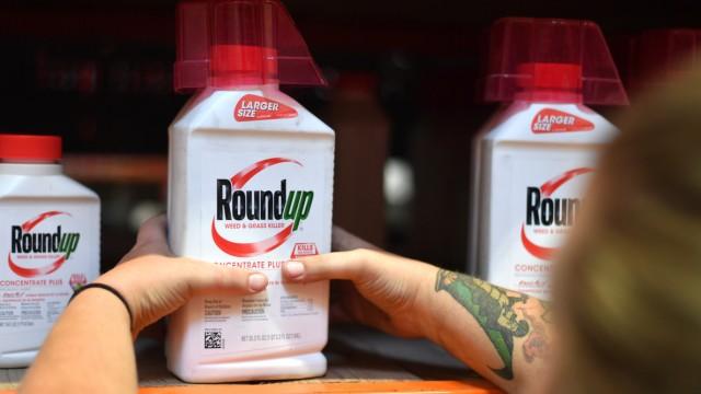 """Monsantos Unkrautvernichter Roundup mit dem Wirkstoff """"Glyphosat"""""""