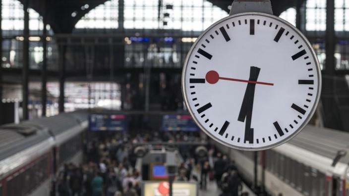 Bahnhofsuhr in der Schweiz