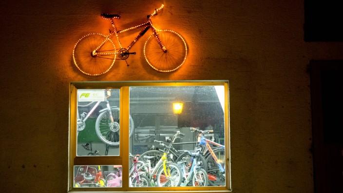 Nächtliche Beleuchtung Fahrradladen