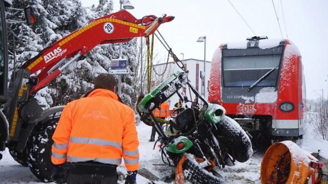 Erding S-Bahn prallt gegen Schneeräumer