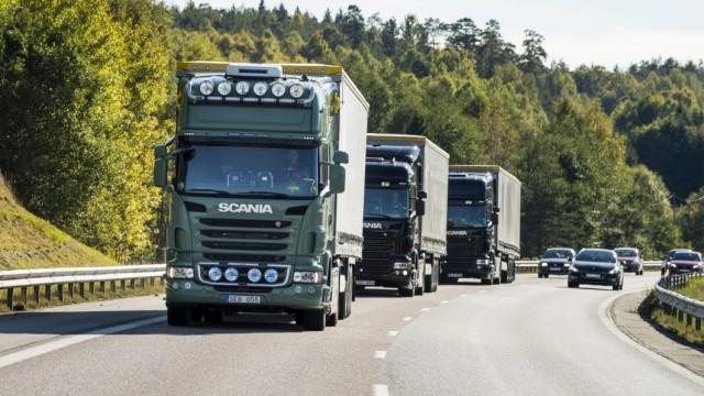 Autonomes Fahren - Test-LKWs auf einer Autobahn