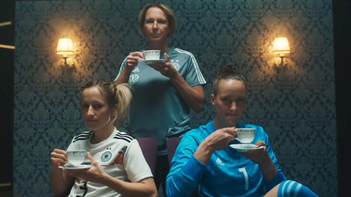 Spot des Nationalteams. Selbstironie mit Kaffeeservice