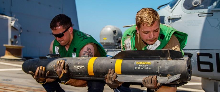Golf-Konflikt - US-Matrosen verstauen eine Rakete an Bord der USS Bainbridge
