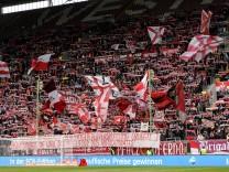 Fans des 1 FC Kaiserslautern zeigen Banner und schwenken Fahnen Fans Publikum Zuschauer Stimmun; 1. FC Kaiserslautern