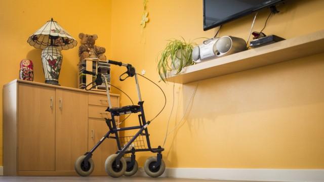 Ein Rollator steht in einem Raum in einer Pflegeeinrichtung aufgenommen in Berlin 27 04 2018 Berl