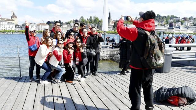 13 05 2019 Luzern Schweiz 4000 Chinesen erobern Luzern Mega Reisegruppe mit 100 Cars Im Bild Man