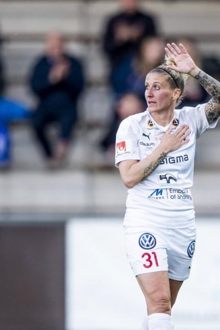 190515 Rosengards Anja Mittag byt ut under sin sista hemmafotbollsmatchen i Damallsvenskan mellan F
