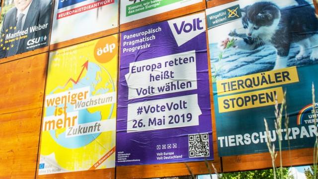 Ottobrunn, MŸnchner Straße, Plakatwand fŸr die Europa-Wahl, die meisten Wahlplakate werden jedoch wild aufgehÅngt.,  Foto: Angelika Bardehle