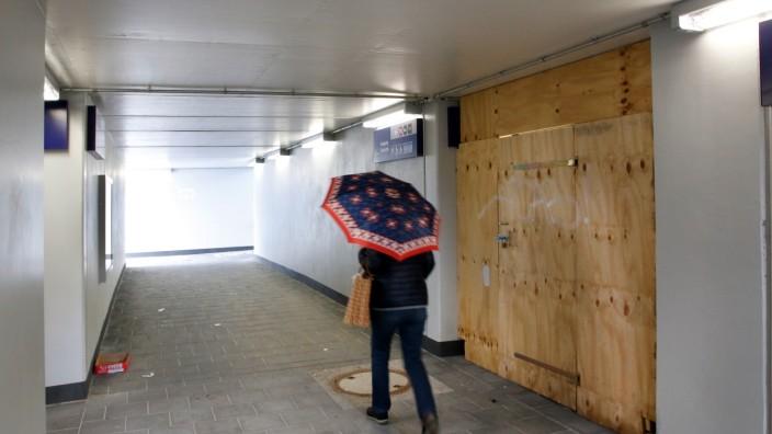 Gesperrter Zugang zum noch nicht montierten Lift; Am S-Bahnhof Gilching-Argelsried
