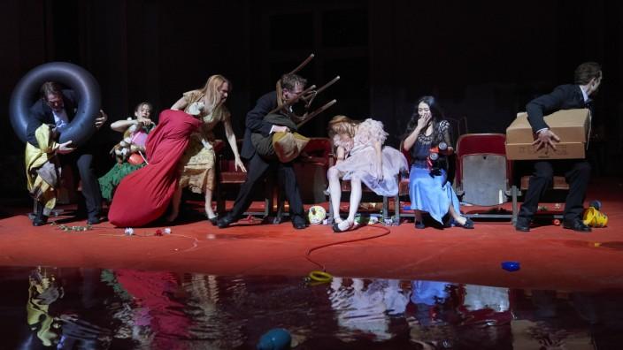 Tanztheater Wuppertal Pina Bausch // Er nimmt sie an der Hand und führt sie in das Schloß, die anderen folgen   Fotos honorarfrei im Rahmen der aktuellen Berichterstattung, mit der Bitte um Nennung des copyrights