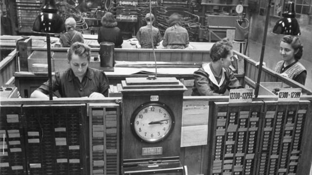 Arbeiterinnen in einer Fabrik, 1943