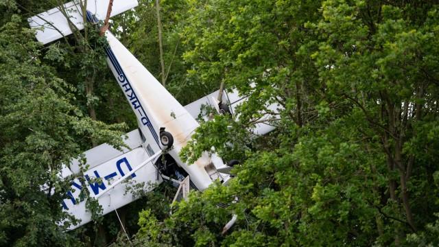 Kleinflugzeug mit zwei Personen bleibt in Baumkrone hängen