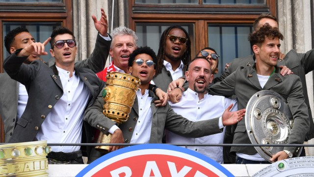 Teamfoto Team Mannschaft Mannschaftsfoto mit v re Leon GORETZKA Bayern Muenchen Franck RIBERY B