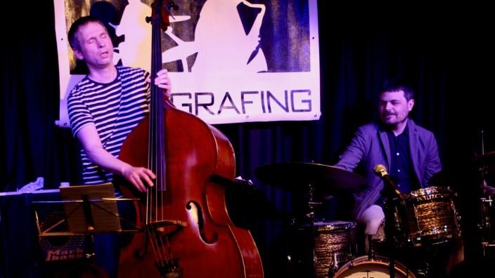 Bassist Christian Schantz beim Jazz im Turm, Grafing, mit seinem Trio