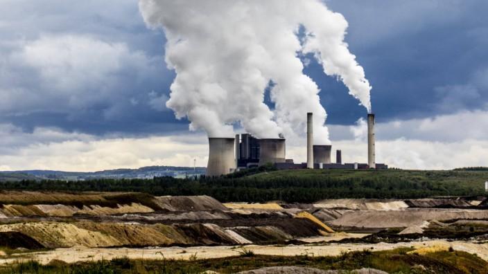 RWE Power Braunkohlekraftwerk Weisweiler bei Eschweiler am Braunkohle Tagebau Inden Braunkohlengr