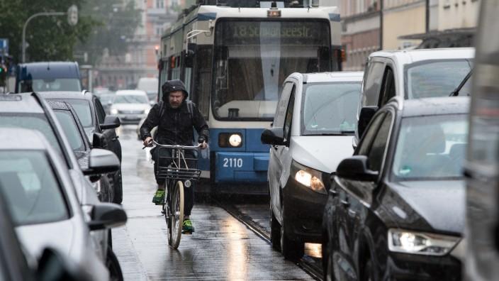 Radler Tram Fraunhoferstraße: Die Radler müssen sich zwischen parkenden Autos und Strassenbahn durchzwängen.