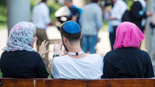 Junge Juden und Muslime begegnen sich in Auschwitz