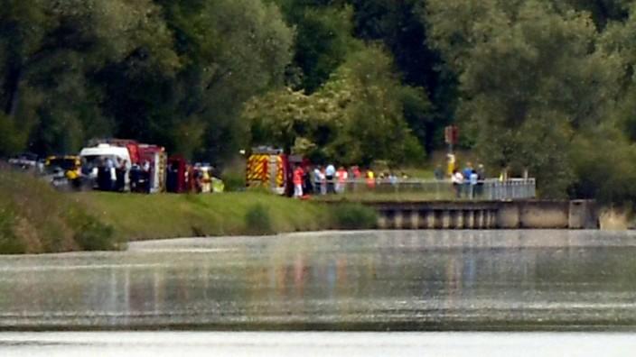 Rettungskräfte stehen nach einem Bootsunglück am Rhein im Elsass