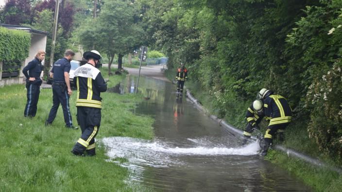 Morgenstunden am 30. Mai zu einem defekten Wasserrohr zur Fernwärmebaustelle in die Olchinger Hauptstraße