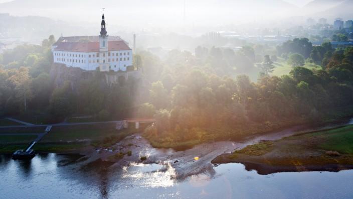 Schloss Děčín liegt am Zusammenfluss von Elbe und Ploučnice.