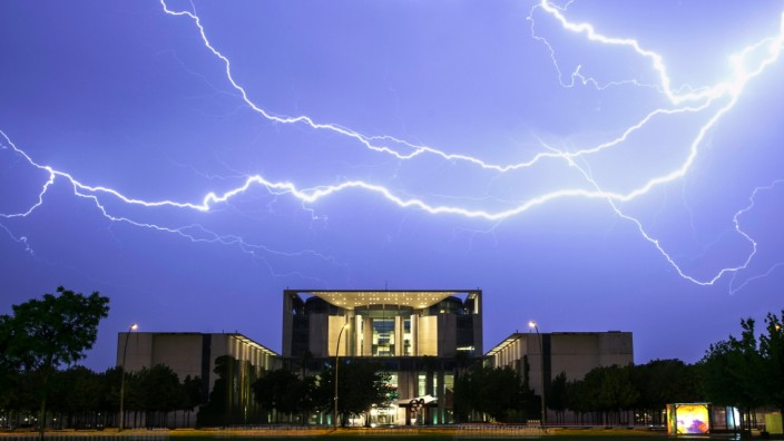 Blitze über dem Bundeskanzleramt in Berlin
