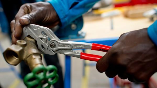 Flüchtlinge - Ein Migrant arbeitet in einer Lernwerkstatt in München