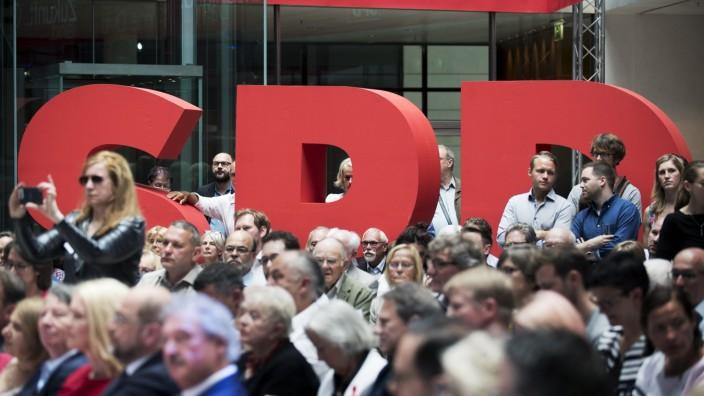 Zukunftsplan Deutschland SPD DEU Deutschland Germany Berlin 16 07 2017 Teilnehmer vor dem Logo S