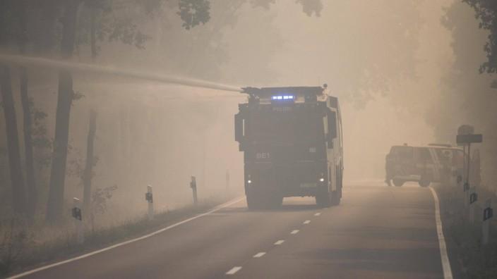 Feuerwehr bei der Bekämpfung eines Wald und Waldbodenbrandes nahe Treuenbrietzen in den Brandenburg