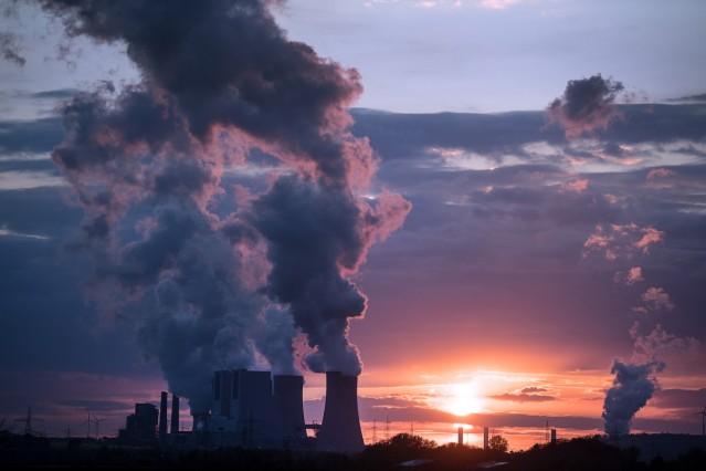 Dampf über Braunkohlekraftwerk Neurath