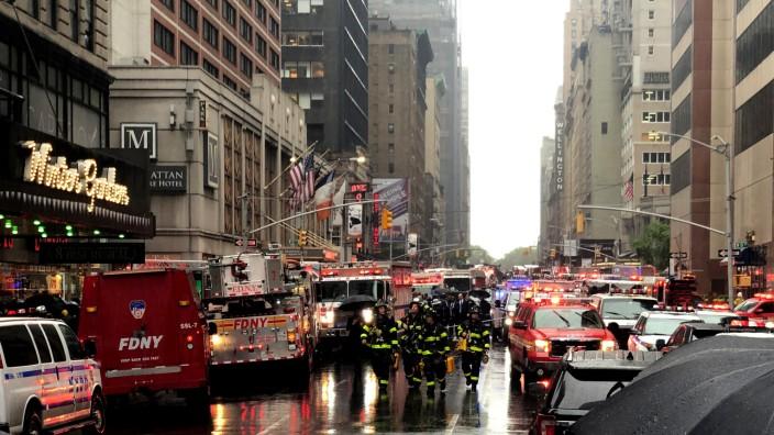Helikopter stürzt im Zentrum Manhattans auf Hochhaus