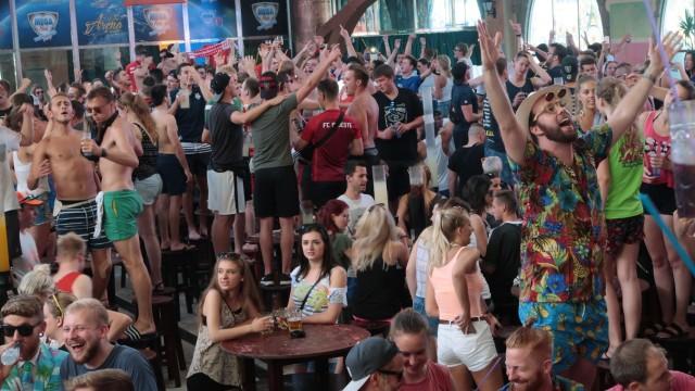 Mallorca - Urlauber feiern in einer Diskothek