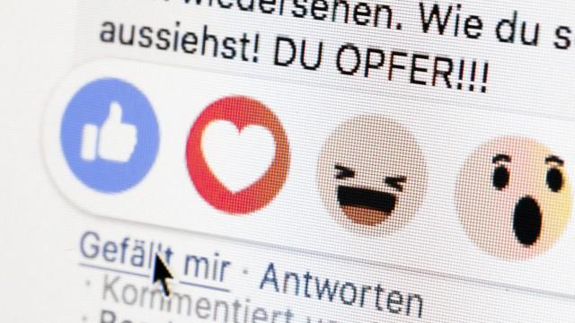 Symbolfoto Gestellte Aufnahme zum Thema mobbing in sozialen Netzwerken Neben dem Gefaellt mir Butt