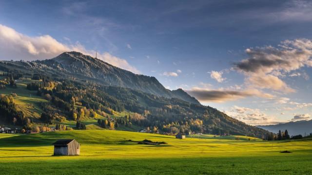 Berglandschaft mit Berg Grünten im Herbst Allgäuer Alpen Oberallgäu Bayern Deutschland Europa