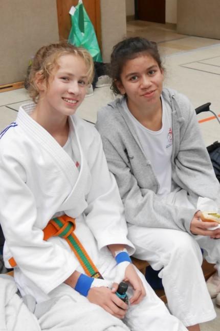 Clara Weidenhagen aus Gauting mit ihrer Freundin Moana Hulstein beim Judotraining.