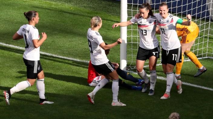 Fußball-WM der Frauen 2019 - Deutsche Spielerinnen bejubeln das 1:0 gegen Spanien