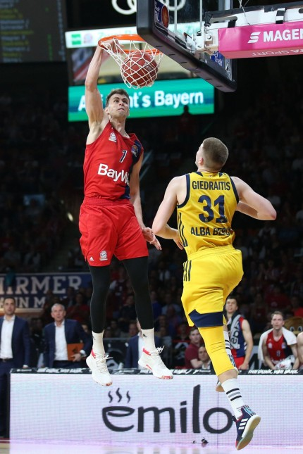 l r im Zweikampf Aktion mit Nemanja Dangubic 1 FC Bayern Basketball und Rokas Giedraitis 31 A