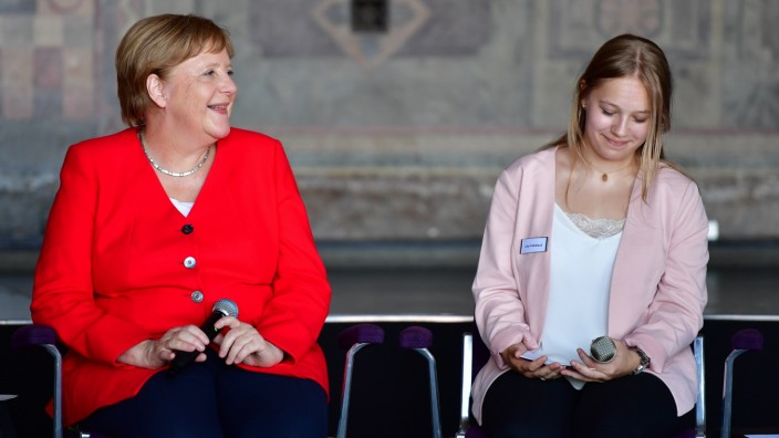 Kanzlerin Merkel diskutiert in Goslar mit Schülern