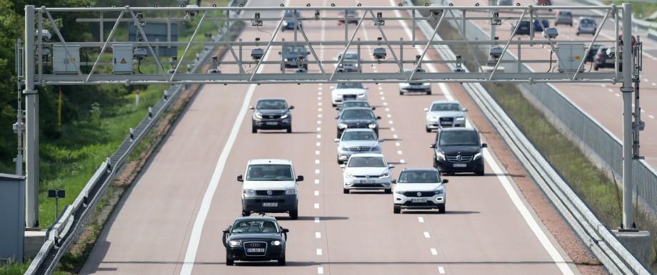 Mautbrücke auf der Autobahn