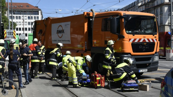 Müllwagen überrollt Radfahrer