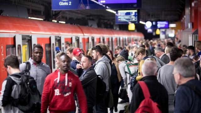 S-Bahn-Fahrgäste am Hauptbahnhof in München, 2018