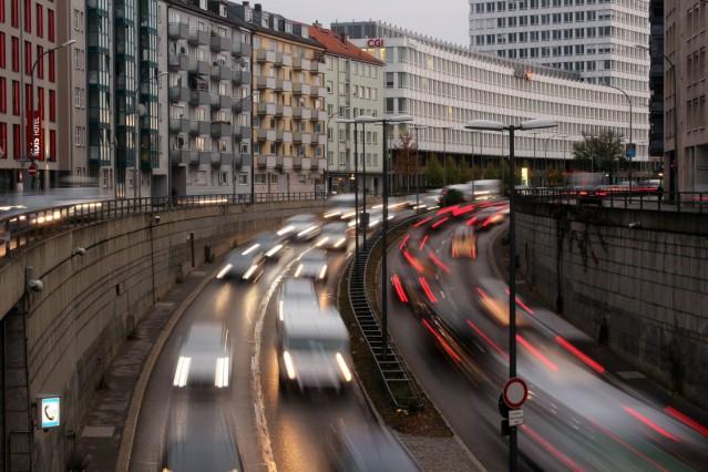 abendlicher Berufsverkehr auf dem Mittleren Ring an der Tegernseer Landstraße in München Bayern De