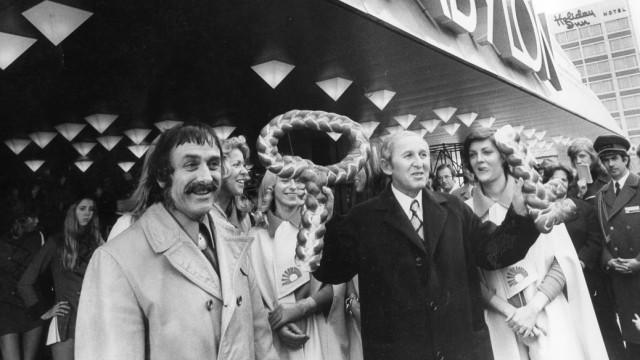 Justus Dahinden und Otto Schnitzenbauer vor dem Schwabylon in München, 1973